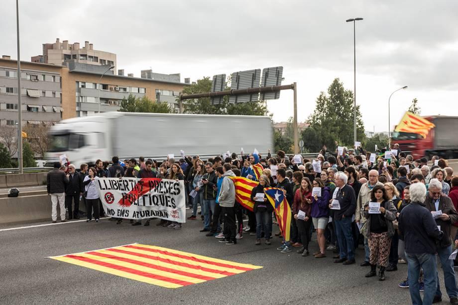Manifestantes bloqueiam avenidas na em Barcelona durante protesto contra a prisão de líderes catalães, na Espanha - 03/11/2017