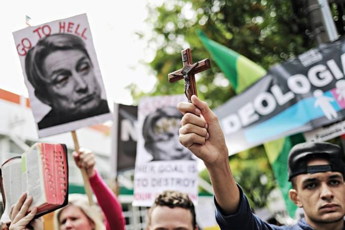 Manifestantes da Direita São Paulo vão à porta do Sesc Pompéia, na zona oeste, manifestar contra a filósofa americana Judith Butler – 07/11/2017