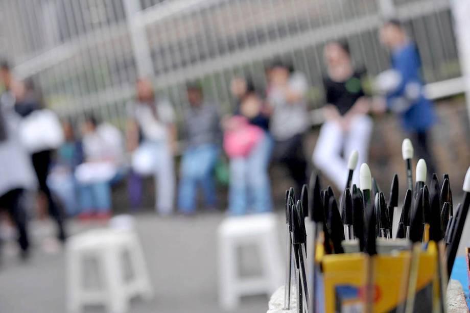Estudantes aproveitam minutos antes do início da prova do ENEM para estudar, em frente aos portões da Uninove, campus Barra Funda