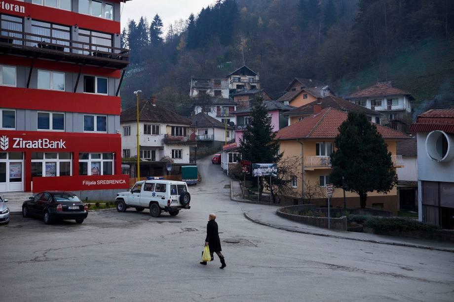Uma moradora é fotografada caminhando pelo centro de Srebrenica, na República Srpska, a entidade administrativa sérvia da Bósnia Herzegovina.