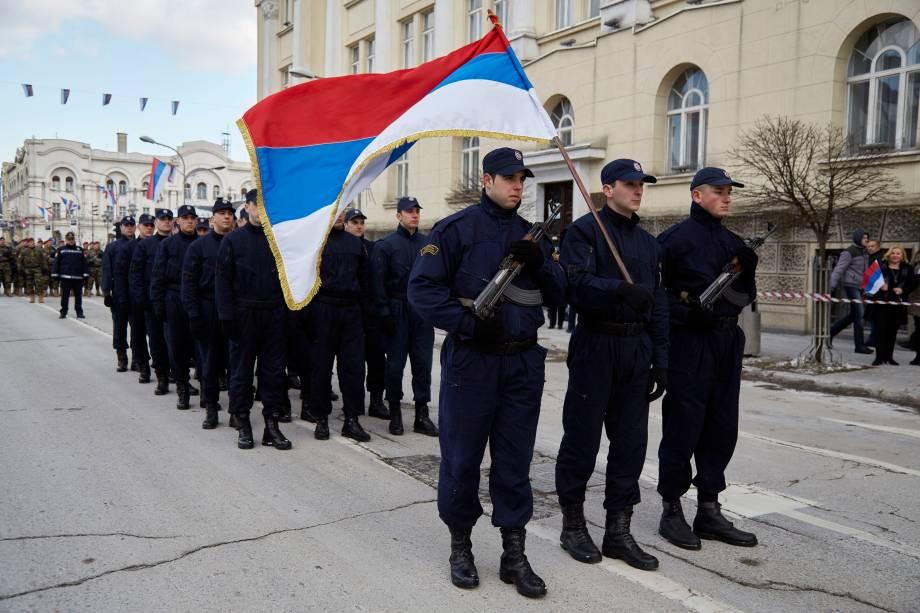 Policiais da República Srpska desfilam durante a comemoração do Dia Nacional, proibido pelo tribunal constitucional em Sarajevo (Bósnia Herzegovina).
