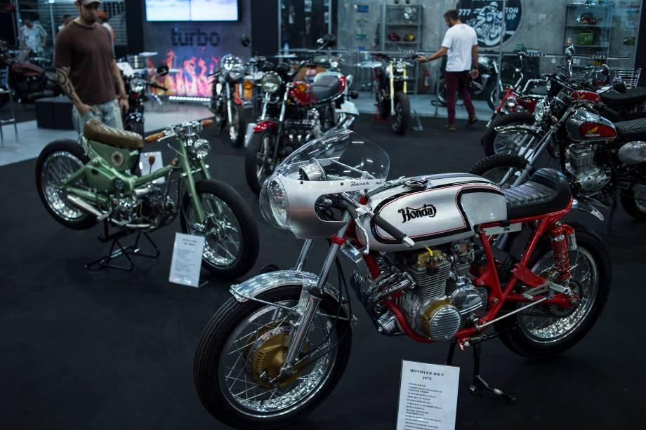 Honda CB 400F, de 1975, ao lado da Honda CT90, de 1974