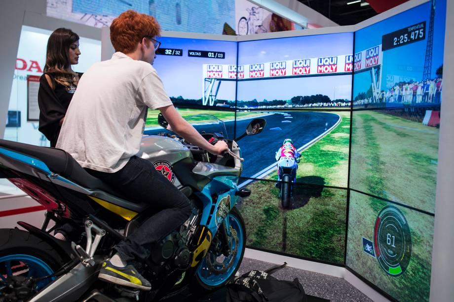 Simulador de pilotagem no estande da Honda