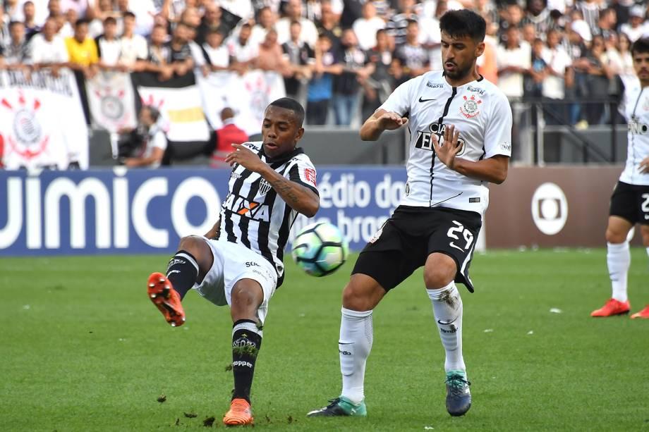 Os jogadores Robinho e Camacho disputam bola durante partida entre Corinthians e Atlético-MG, realizada em São Paulo - 26/11/2017