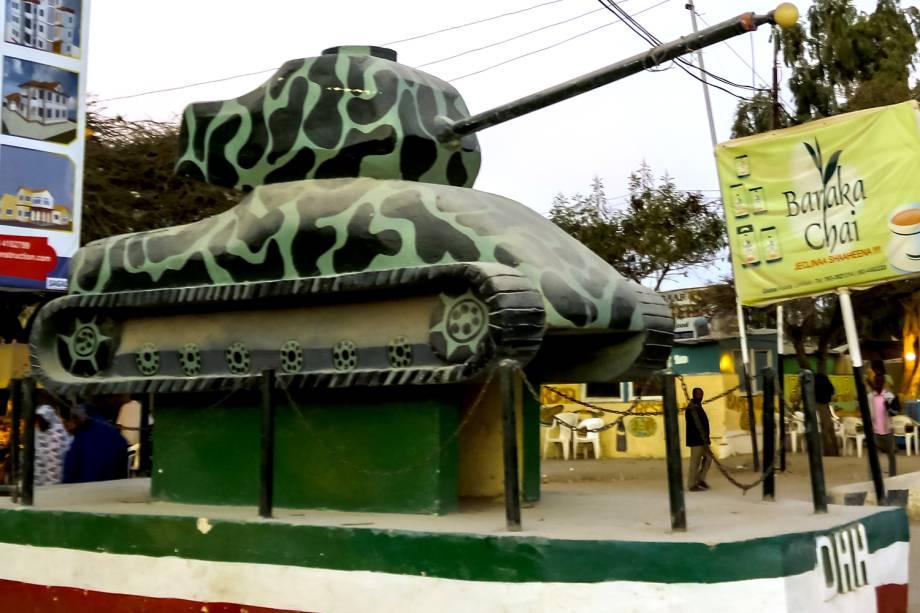 Tanque transformado em monumento no centro de Hargeisa.