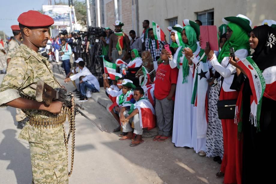 Soldados durante desfile do Dia da Independência em Hargeisa, Somalilândia.