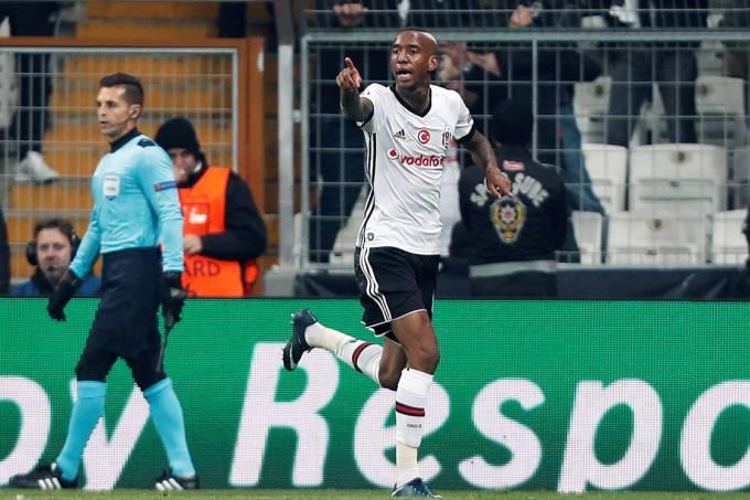 Anderson Talisca, do Besiktas, comemora gol contra o Porto, pela Liga dos Campeões, na Turquia