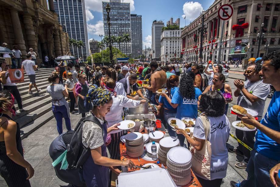 Agricultores, ativistas da segurança alimentar e chefs promovem um banquetaço em frente ao Theatro Municipal, no centro de São Paulo, em rechaço à proposta, já descartada, do prefeito João Doria de fornecer a farinata para a população de baixa renda e os estudantes das escolas municipais - 16/11/2017