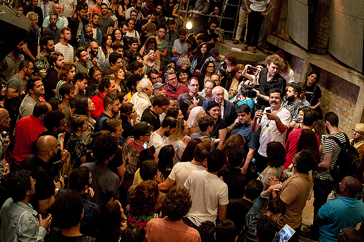 Glauber Amaral fala com Fernanda Montenegro no Teatro Oficina