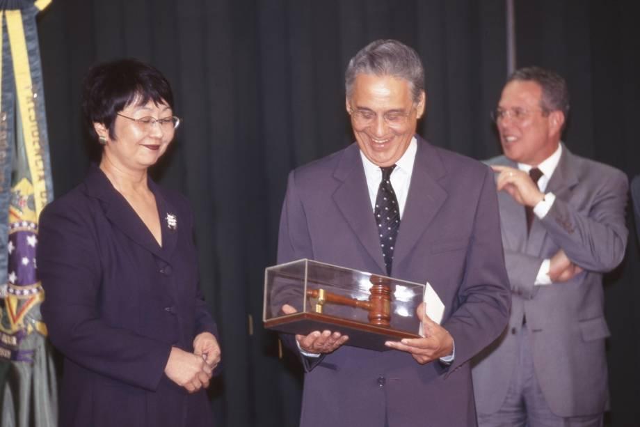 Fernando Henrique Cardoso recebendo de Vilma Motta, viuva de Sergio Motta, o martelo usado no leilão de privatização do Sistema Telebrás, durante a cerimônia de assinatura dos contratos de transferência das ações das empresas privatizadas, no Palácio do Planalto - 01/08/1998