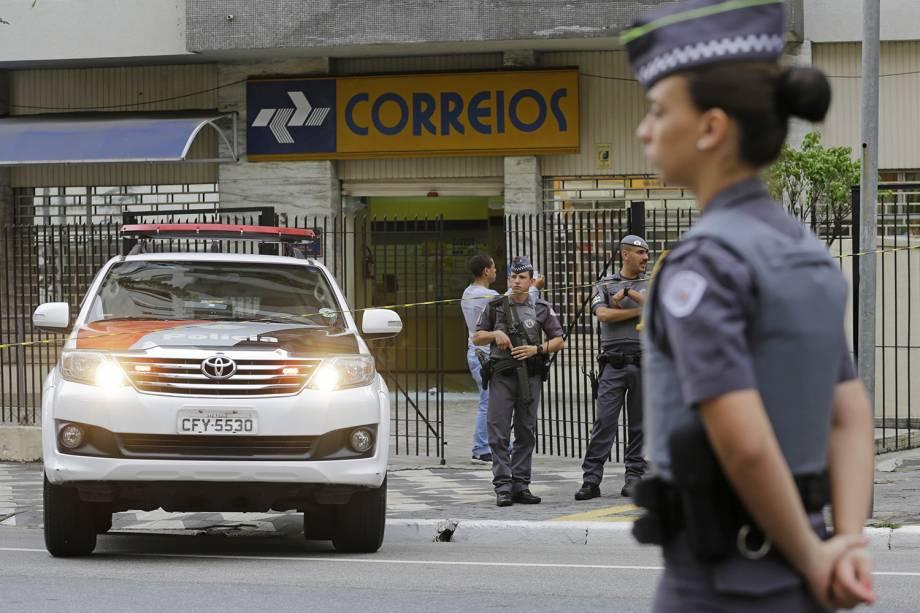 Policiais isolam agência dos Correios, na avenida Angélica, após tentativa de assalto na manhã desta segunda-feira. Houve troca de tiros que resultaram em um suspeito baleado e dois homens presos - 06/11/2017