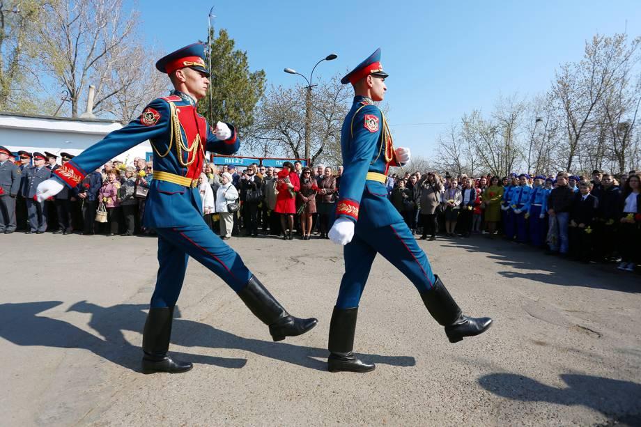 Soldados marcham durante o Dia da República em Tiraspol, capital da Transnístria.