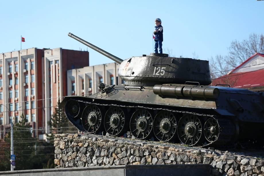 Criança brinca em um monumento em forma de tanque em Tiraspol, Transnístria.