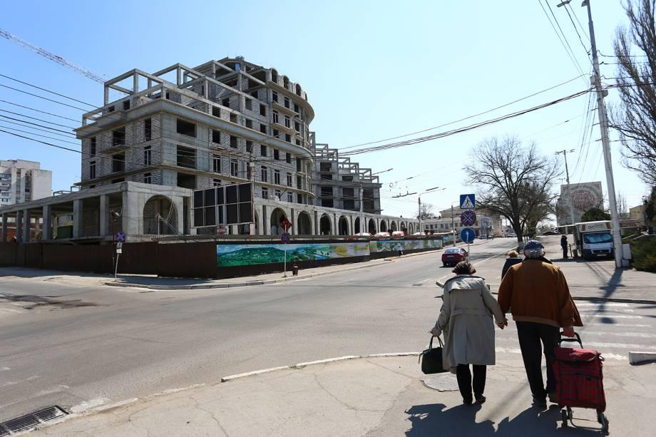 Casal caminha em Tiraspol, Transnístria.