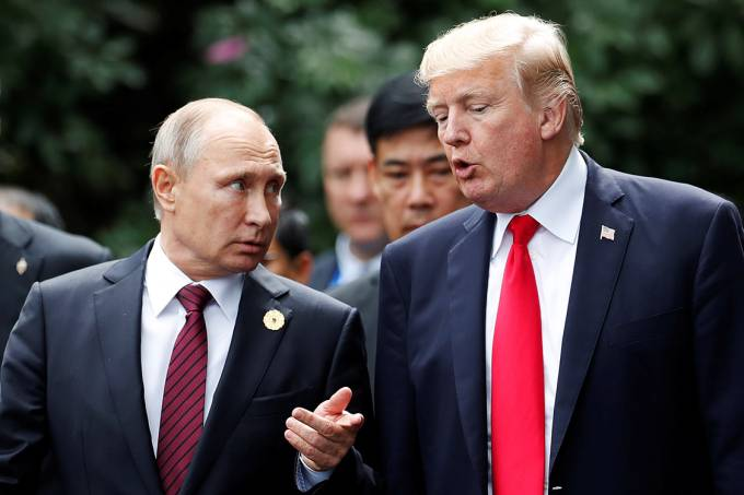 O presidente dos EUA, Donald Trump, conversa com o presidente russo Vladmir Putin, durante cúpula APEC, no Vietnã – 11/11/2017