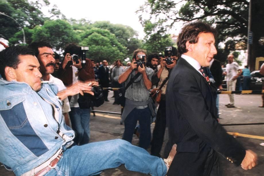 Hercules Adams do Nascimento, manifestante antiprivatização, ao lado do sindicalista Júlio César dos Santos, chutando o investidor Aristides Maria Ricci do Nascimento, dono da Novatrading, após leilão de privatização da Usiminas, na Bolsa de Valores do Rio de Janeiro - 24/09/1991