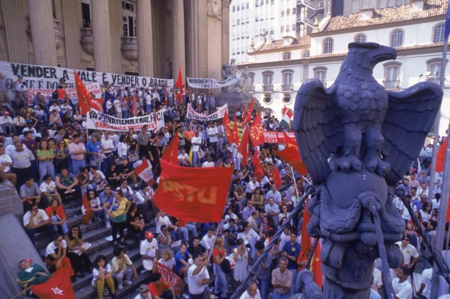 Manifestação contra o leilão da Cia. Vale do Rio Doce, próximo a Bolsa de Valores, no Rio de Janeiro - 29/04/1997