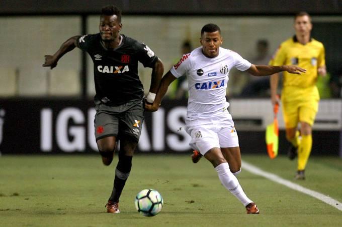 Lance na partida entre Santos e Vasco, na Vila Belmiro