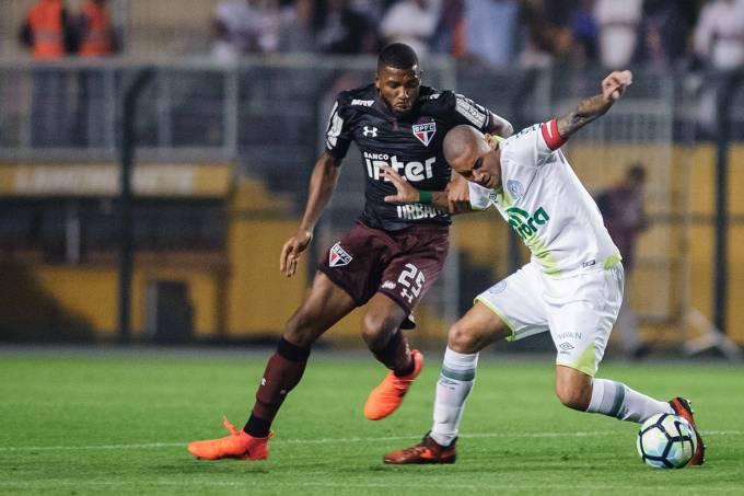 Wellington Paulista, da Chapecoense, e Jucilei, do São Paulo, durante lance em partida válida pelo Campeonato Brasileiro, no Pacaembu