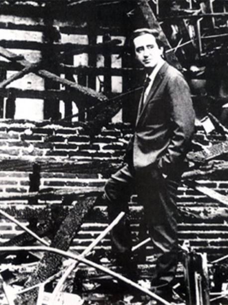 Zé Celso em meio aos escombros em 1966