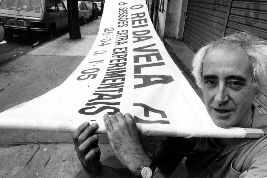 """O diretor José Celso Martinez Corrêa exibe faixa da peça """"O Rei da Vela"""", em São Paulo (SP). (São Paulo (SP) - 27/04/1984."""