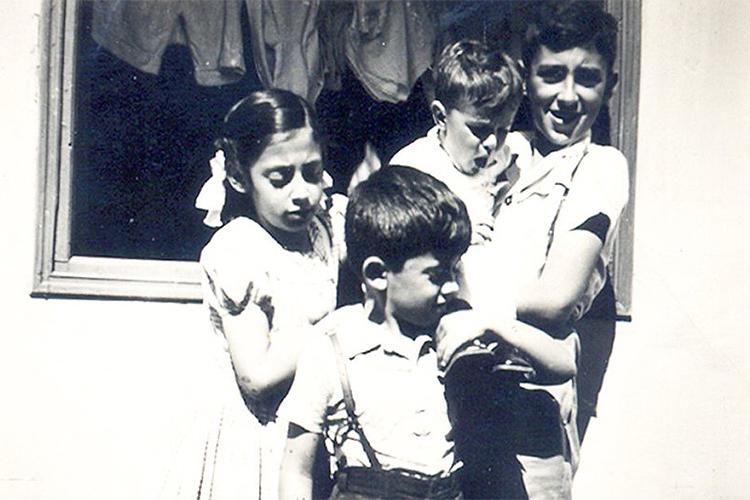 Zé Celso com os irmãos: Lala, Luís e João, no colo