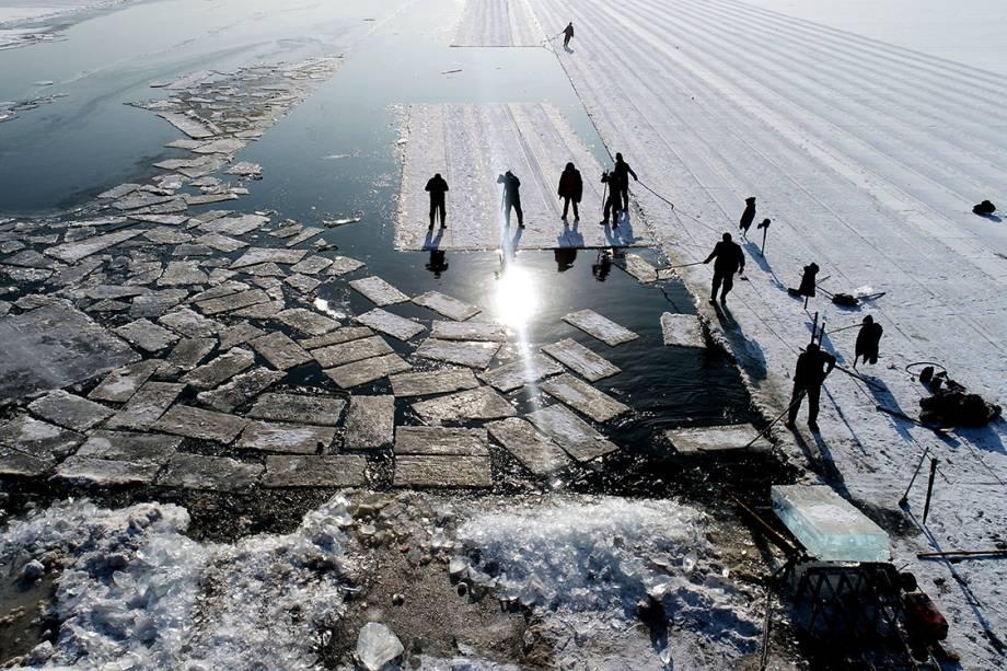 Foto aérea mostra cubos de gelo cortados da superfície do lago Xiuhu, totalmente congelada, na província de Shenyang, na China - 20/12/2017