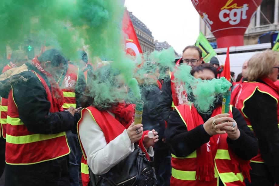 Manifestantes liberam fumaça durante protesto contra ordens do presidente Emmanuel Macron a respeito das leis trabalhistas, em Paris - 20/12/2017