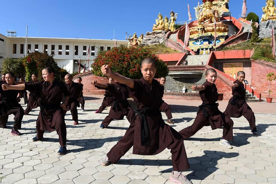 Crianças budistas praticam Kung Fu em templo religioso na região de Catmandu, no Nepal - 21/12/2017
