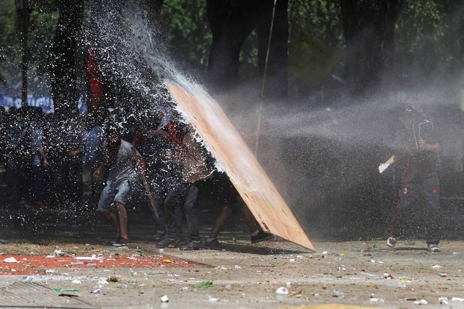 Policiais tentam conter manifestação contra as reformas da previdência social enquanto legisladores debatem o assunto em Buenos Aires, na Argentina