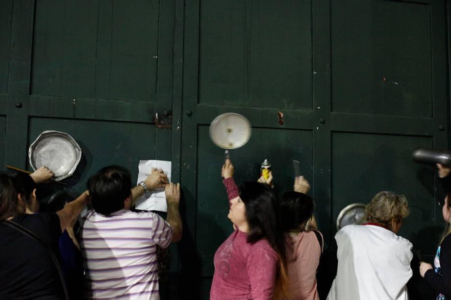 Manifestantes protestam batendo panelas em frente à residência presidencial contra as reformas da previdência social em Buenos Aires, na Argentina