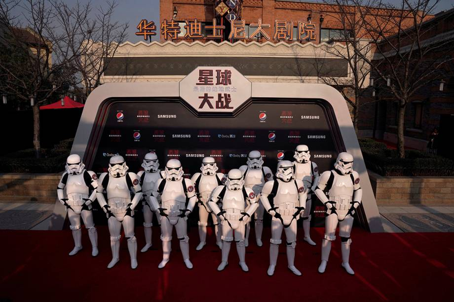 Atores vestidos de Stormtroopers se posicionam em frente ao Resort da Disney em Xangai, na China, durante estreia do filme - 20/12/2017