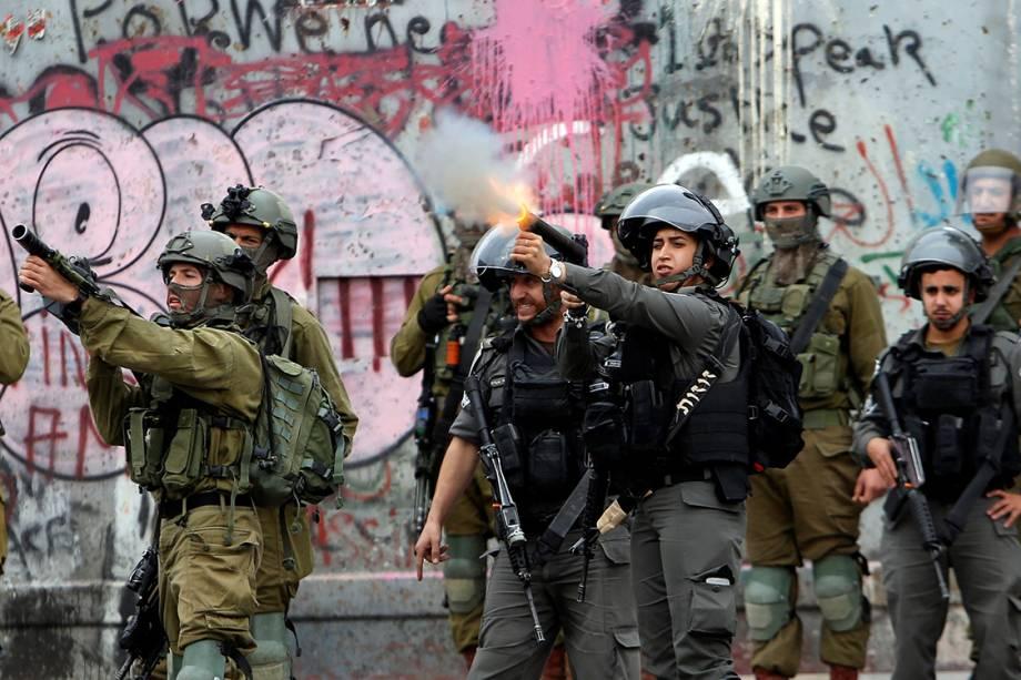 Forças israelenses combatem manifestantes que protestam contra decisão de Donald Trump de mover a embaixada americana em Israel de Tel-Aviv para Jerusalém - 20/12/2017