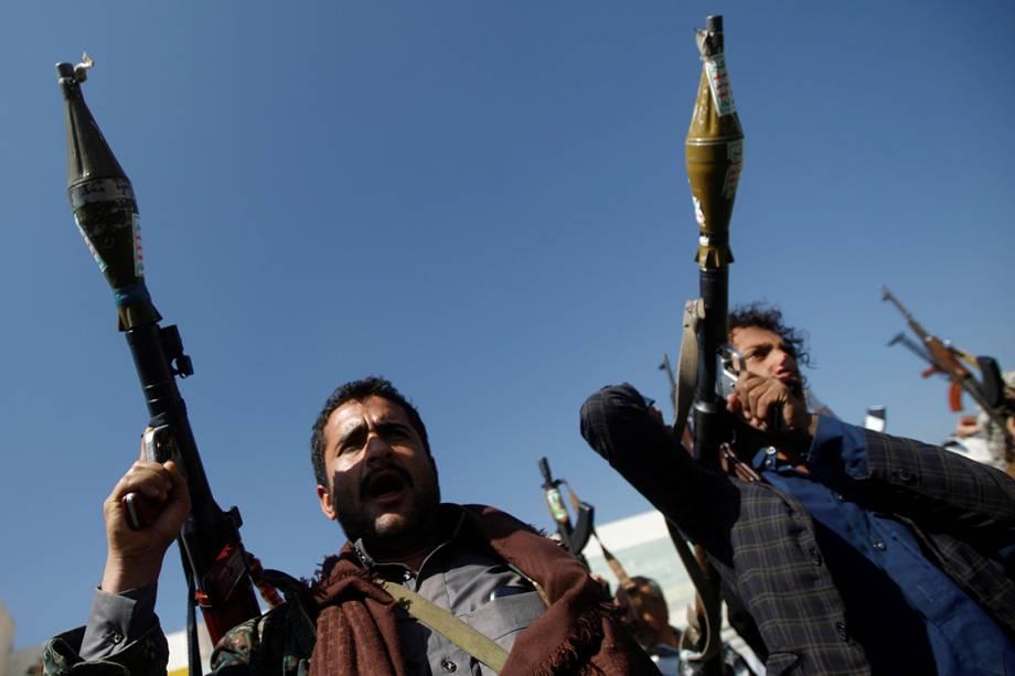 Soldados fiéis ao movimento Houthi mostram suas armas durante a celebração de mil dias de possi da tribo muçulmana sobre a região de conflito de Sanaa, no Iêmen - 21/12/2017