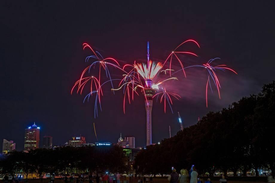 SHow de fogos de artifício na Sky Tower, celebra o Ano Novo em Auckland, Nova Zelândia