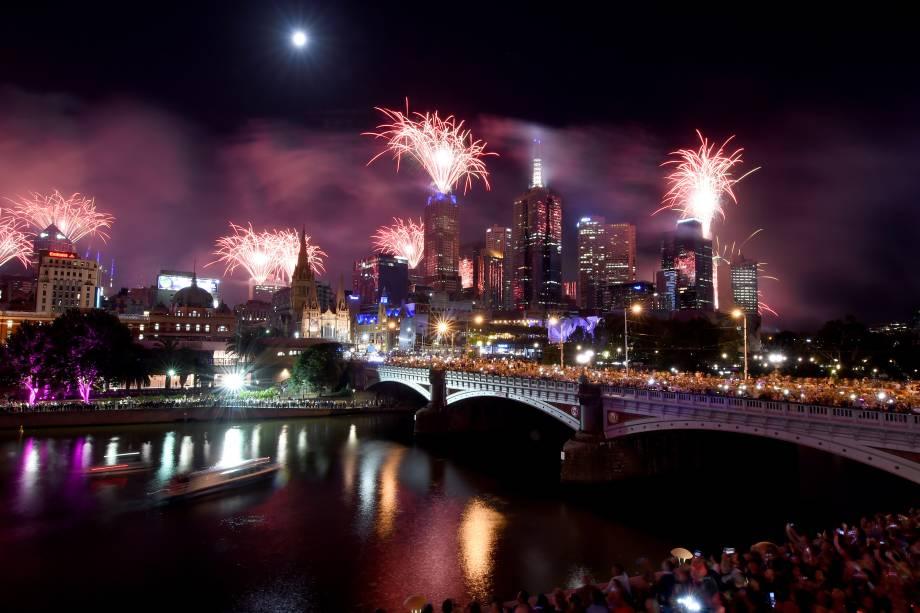 Fogos de artifício iluminam o céu ao longo do rio Yarra durante as festas de Ano Novo em Melbourne, na Austrália