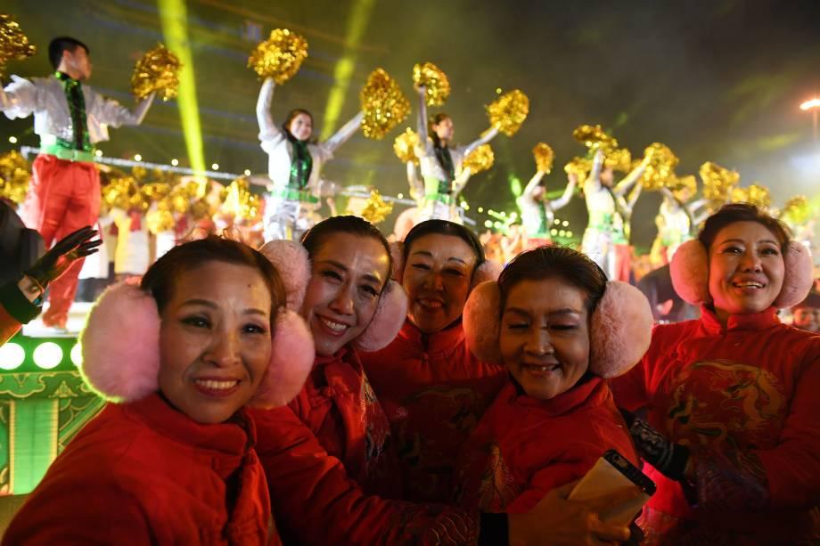 Artistas comemoram a chegada do Ano Novo em um evento de contagem regressiva em Pequim, na China