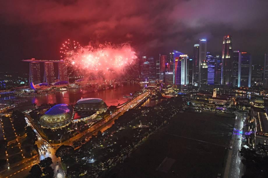 Fogos de artifício explodem no horizonte durante as celebrações de Ano Novo em Singapura