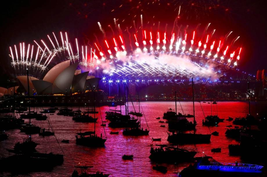 Show de fogos de artifício marcam as celebrações de Ano Novo na Baía de Sydney na Austrália