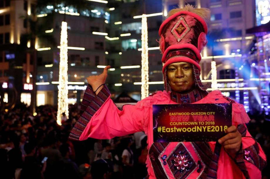 Homem fantasiado participa de uma festa de Ano Novo no shopping de Eastwood em Quezon City, Metro Manila, nas Filipinas