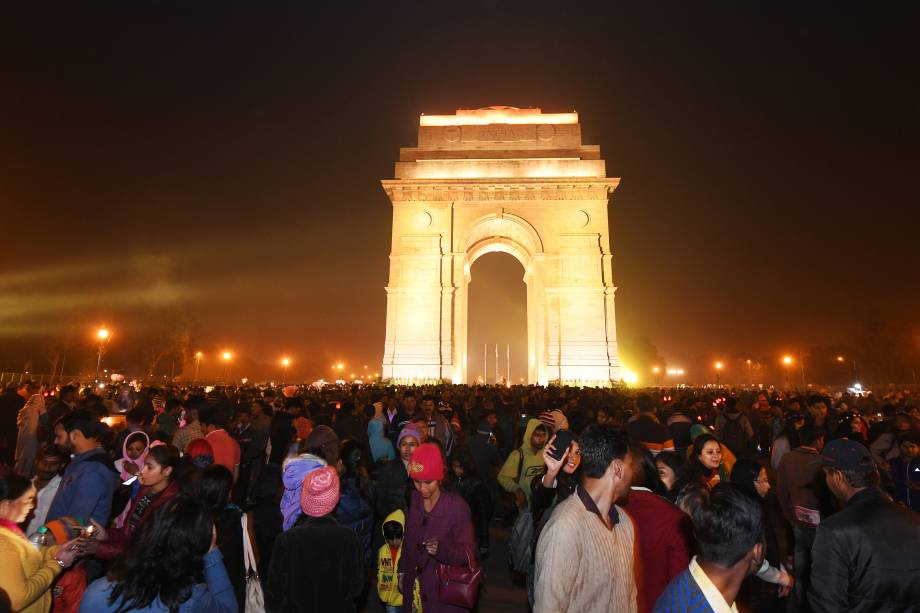 Multidão se reúne para celebrar a chegada de 2018 na Porta da Índia em Nova Délhi