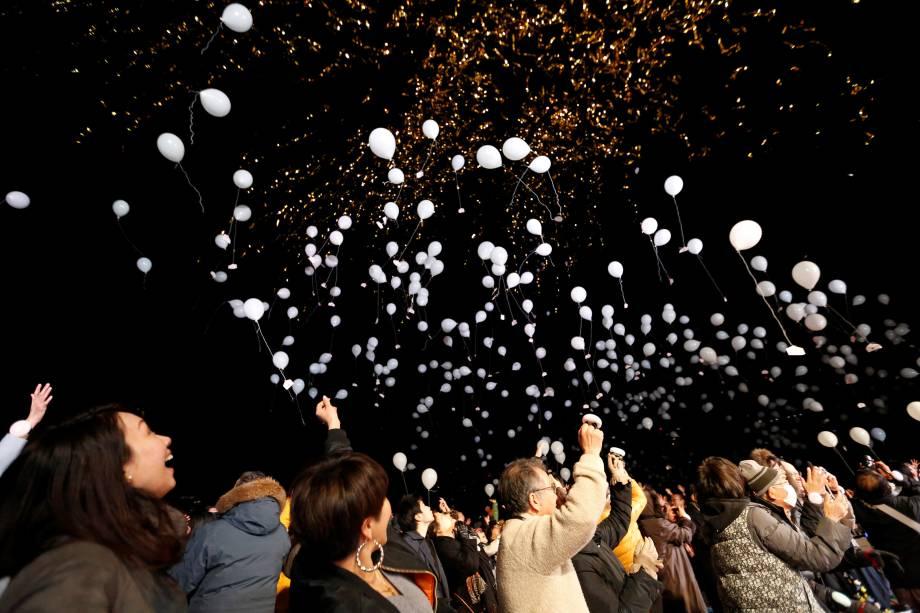 Pessoas soltam balões brancos para o céu durante celebrações do Ano Novo em Tóquio, no Japão