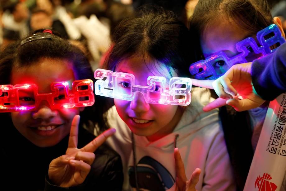 Crianças usam óculos luminosos para celebrar a chegada de 2018 em Hong Kong