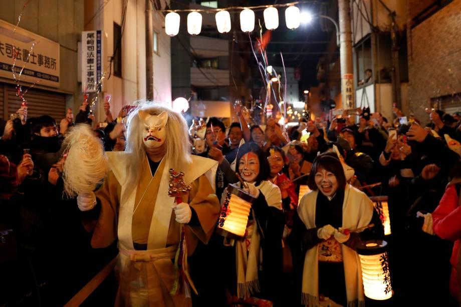 Pessoas vestidas como raposas celebram a chegada do ano novo nas ruas de Tóquio, Japão