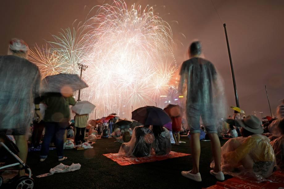 Pessoas vêem fogos de artifício em meio a chuva durante as celebrações do Ano Novo na Marina Bay, em Singapura