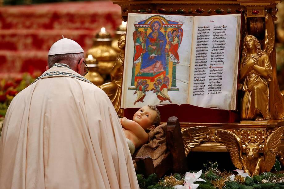 Papa Francisco chega para celebrar a Primeira Véspera e a oração Te Deum na última Missa do ano na Basílica de São Pedro no Vaticano