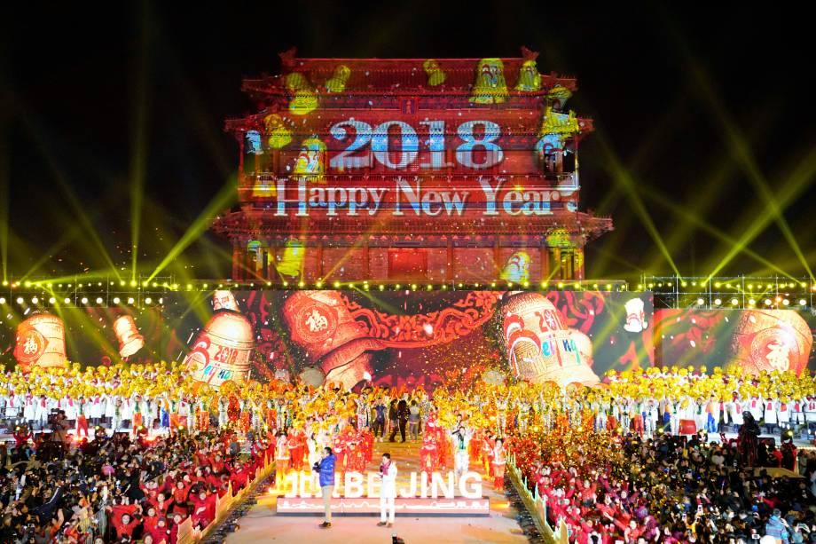Pessoas celebram o Ano Novo durante evento de contagem regressiva no Yongdingmen Gate em Pequim, China