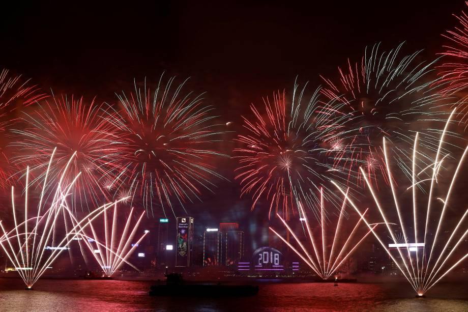 Fogos de artifício explodem sobre o Porto de Victoria e o Centro de Convenções e Exposições de Hong Kong durante um show de pirotecnia para celebrar o Ano Novo
