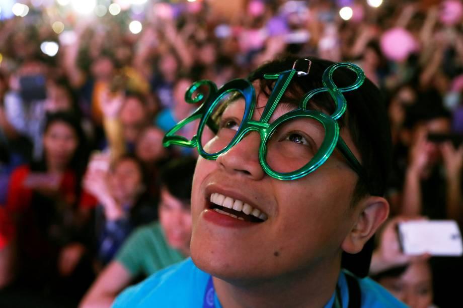 Público celebra a chegada do Ano Novo em Quezon City, Metro Manila, nas Filipinas