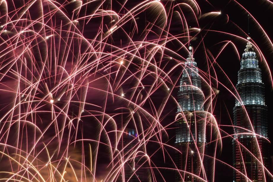 Fogos de artifício iluminam o céu de Kuala Lumpur, na Malásia, celebrando a chegada de 2018